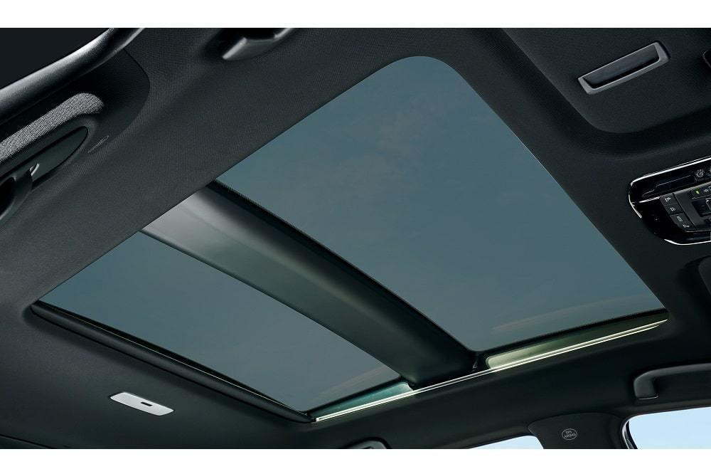 調光ガラスを採用した電動シェード付パノラマルーフ。